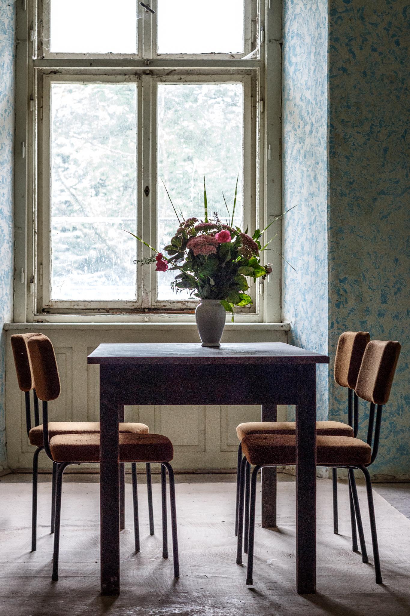 Stillleben mit Tisch und Stuhl.